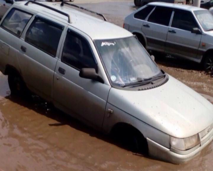 ВАЗ 2111 ушел под воду из-за глубокой ямы вУфе