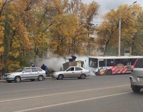 Вцентре Уфы грузовая ГАЗель перевернулась отстолкновения спассажирским автобусом
