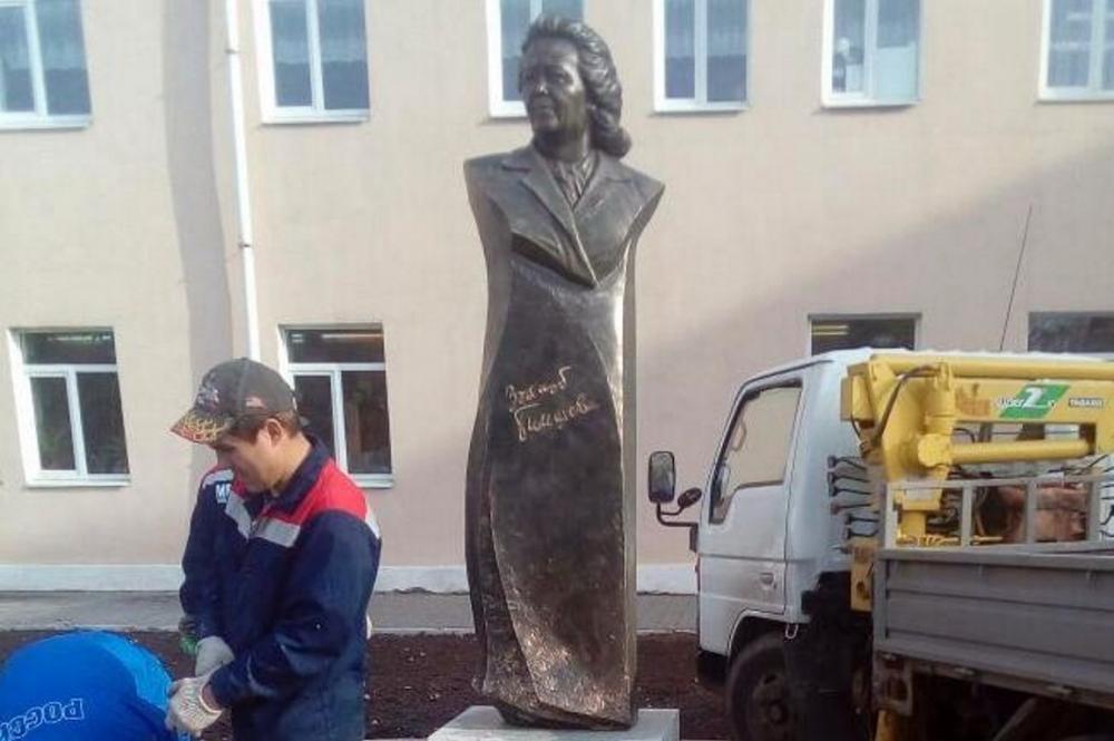 ВУфе установили монумент башкирской писательнице Зайнаб Биишевой