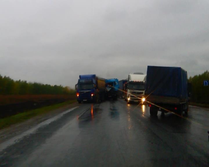 Столкнувшиеся фуры перегородили дорогу М-5 вБашкирии
