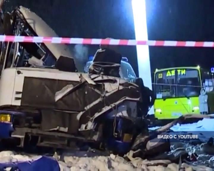 Шофёр фургона, столкнувшегося савтобусом под Ханты-Мансийском, был лишен водительских прав